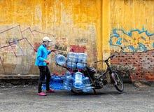人运载的瓶水乘摩托车在Phu Tho,越南 库存图片