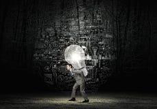 人运载的电灯泡 库存照片