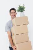 人运载的箱子,因为他移动 免版税库存照片