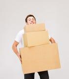 年轻人运载的纸盒箱子 免版税图库摄影