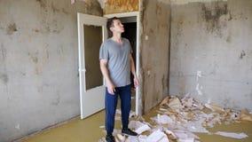 人进入公寓并且评估修理的工作计划 股票视频