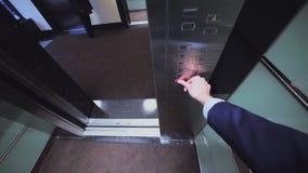 人进入电梯新闻按从顶头凸轮的看法 股票视频