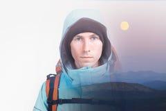 年轻人远足者和平衡与月亮的多小山风景的面孔 两次曝光与拷贝空间的作用摄影 库存照片