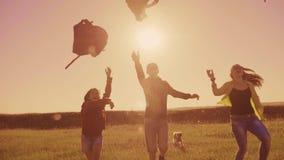 人远足者小组生活方式幸福自由奔跑的投掷背包和游人阳光狗剪影  股票视频