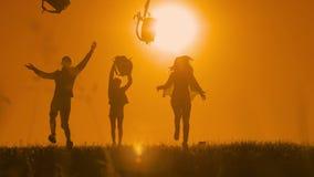 人远足者生活方式小组幸福自由奔跑的投掷背包和游人阳光狗剪影  影视素材