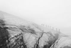 人远足,走通过雾 冰岛 免版税库存照片