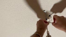 人连接从灯的电线 影视素材
