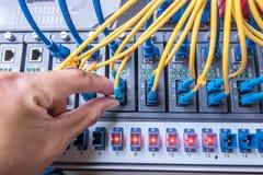 人连接的纤维网络缆绳 免版税库存图片