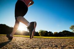年轻人适合的妇女做连续,跑步的训练 免版税库存照片
