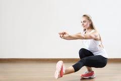 年轻人适合的妇女在健身类解决 库存照片
