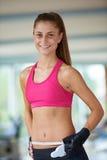 年轻人适合的妇女测量的腹部 库存图片