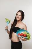 年轻人适合的妇女画象吃菜的 免版税库存图片