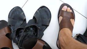 人选择在鞋子精品店的鞋子, 4k,慢动作 股票录像