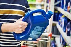 人选择机器润滑油在超级市场 库存照片