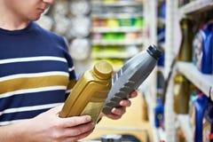 人选择机器润滑油在超级市场 库存图片