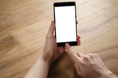 年轻人递拿着有空白的白色屏幕的智能手机 免版税库存照片