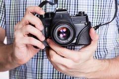 手和葡萄酒照相机 免版税图库摄影