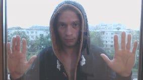 年轻人逗留在雨中 影视素材