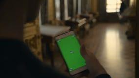 人通过在电话的一个绿色屏幕翻转有举行的在博物馆 影视素材