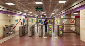 人通过地铁站的门廓 免版税库存照片