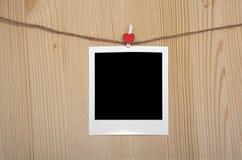 人造偏光板在绳索晒衣夹被紧固 免版税库存图片