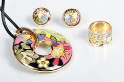 人造珠宝。垂饰,耳环,圆环 库存图片