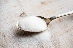 人造甜味剂和糖替补在金属匙子 Natu 库存图片