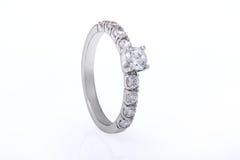 人造白金婚礼,与金刚石的定婚戒指在白色Backg 免版税库存图片
