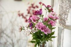 人造花花束在一个轻的背景设计的 免版税库存照片