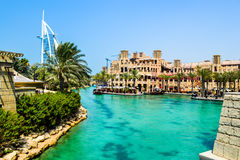 人造运河和Burj Al阿拉伯人 库存照片