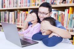 人避免他的观看成人内容的学生 库存图片