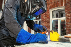 人酿造一个金属电弧焊接器 库存图片