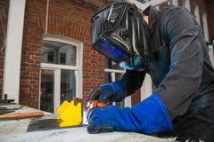 人酿造一个金属电弧焊接器 免版税图库摄影