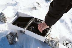 人采取从箱子的寄生虫 库存照片