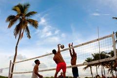 人钉牢通过阻碍的球迈阿密海滩排球比赛的 免版税库存图片