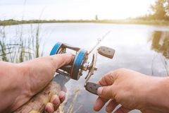 人钓鱼与一个backcasting的卷轴 图库摄影
