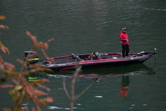 人钓鱼在小马达红色小船在Kawaguchiko湖, 免版税库存图片