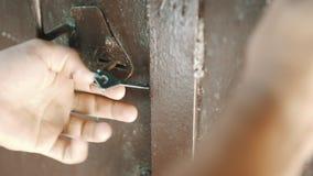 人钥匙打开锁 影视素材