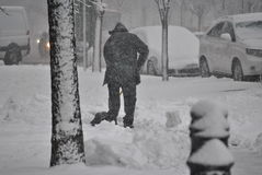 人铲起雪 免版税库存照片