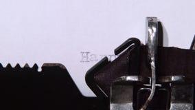 人键入在一新年好的打字机的一封信件 关闭 影视素材
