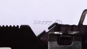 人键入在圣诞快乐的打字机的一封信件 关闭 股票录像
