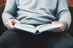 人阅读书在家 图库摄影