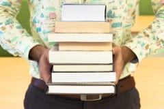 人阅读书 库存图片