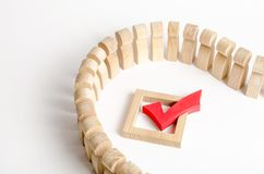 人队列和在白色背景的一个红色校验标志 民主和合法 竞选的概念和重要 免版税库存图片