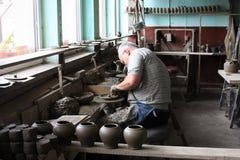 人陶瓷工工作 图库摄影