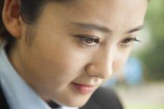 年轻人集中了看女实业家的面孔下来,画象 免版税库存图片