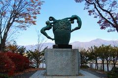 人雕塑在Kawaguchiko湖,日本旁边的 免版税库存图片