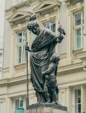 人雕塑有鸽子和小男孩的 库存图片