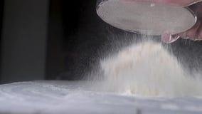 人面包师过滤小麦面粉通过金属筛子 面粉在桌上的尘土秋天 E 影视素材