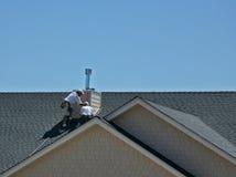 人顶房顶工作 免版税图库摄影